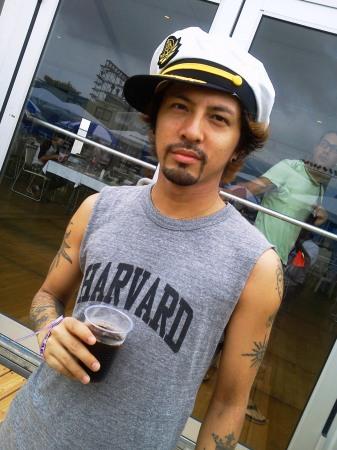 船長帽子をかぶった降谷建志